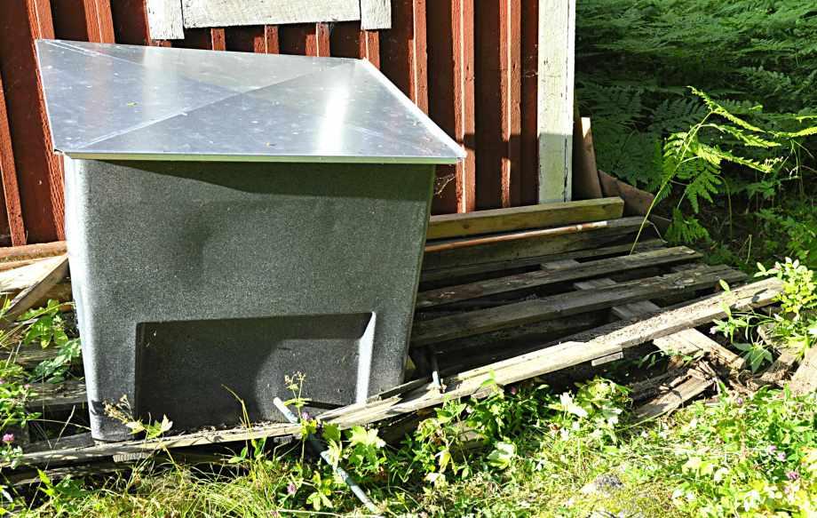 genomruttet underlag under kompostbehållare