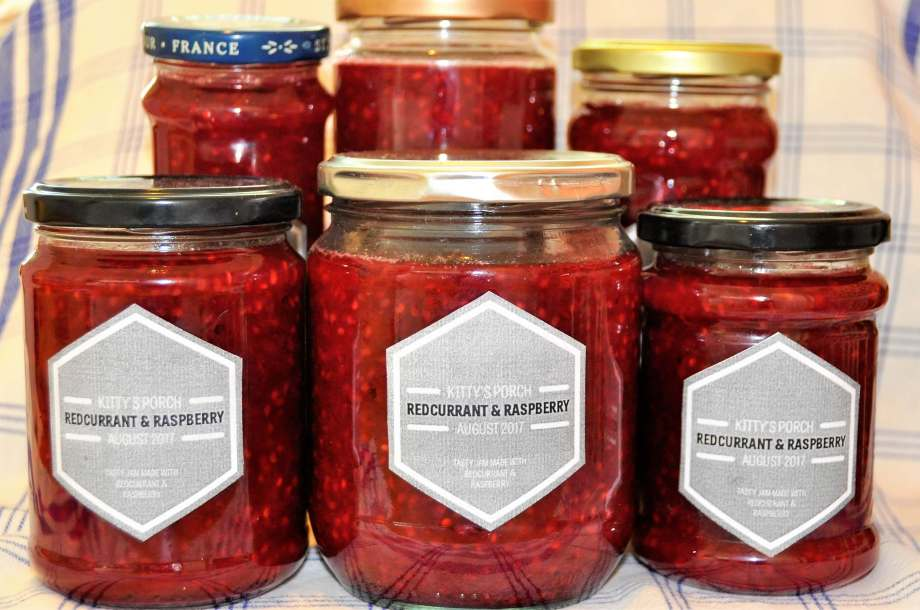 syltburkar med hallon och röda vinbärssylt