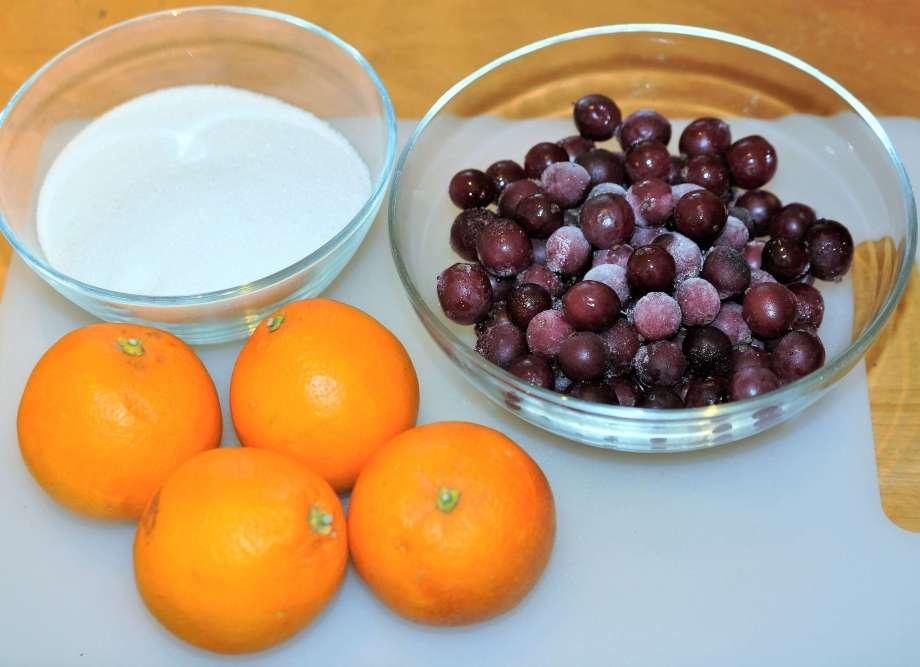 krusbär blodapelsiner socker på skärbräda
