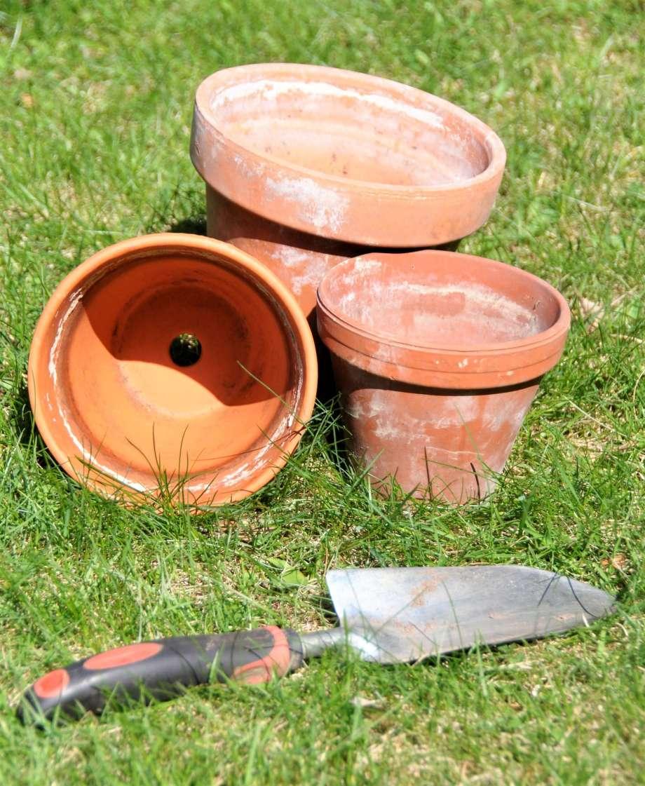 tre lerkrukor och en planteringsspade