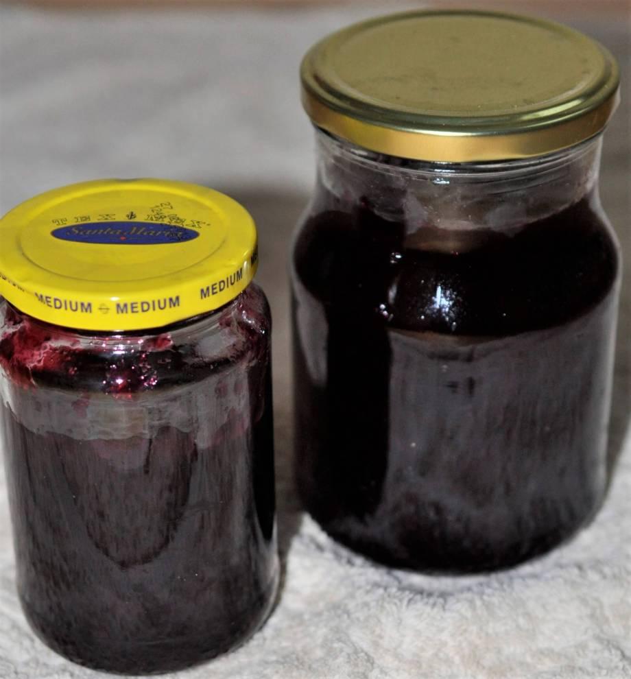 glasburkar med sylt på en blandning av krusbär och svarta vinbär