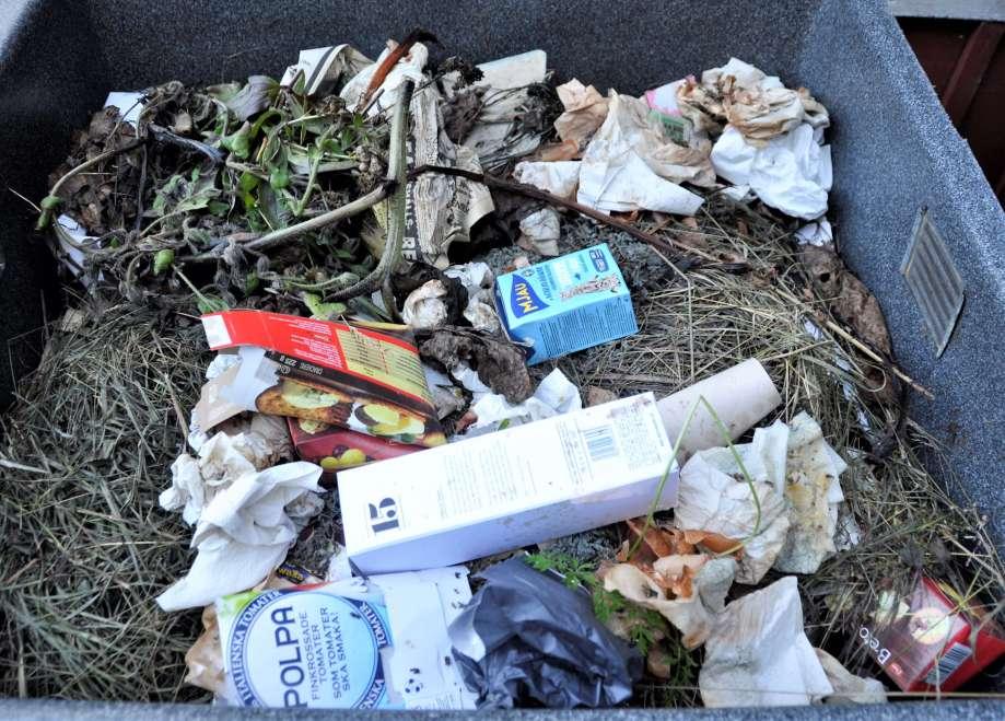 kompostbehållare med många pappförpackningar