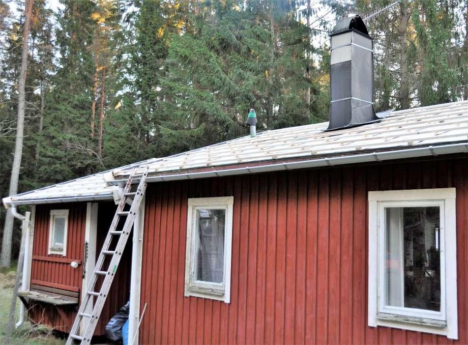 takpapp och träribbor lagda på storstugan