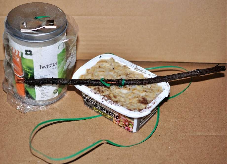 en återanvänd leverpastejburk blir fågelmatare när den fyllts med ister och havregryn. Sittpinne och metalltråd för upphängning.