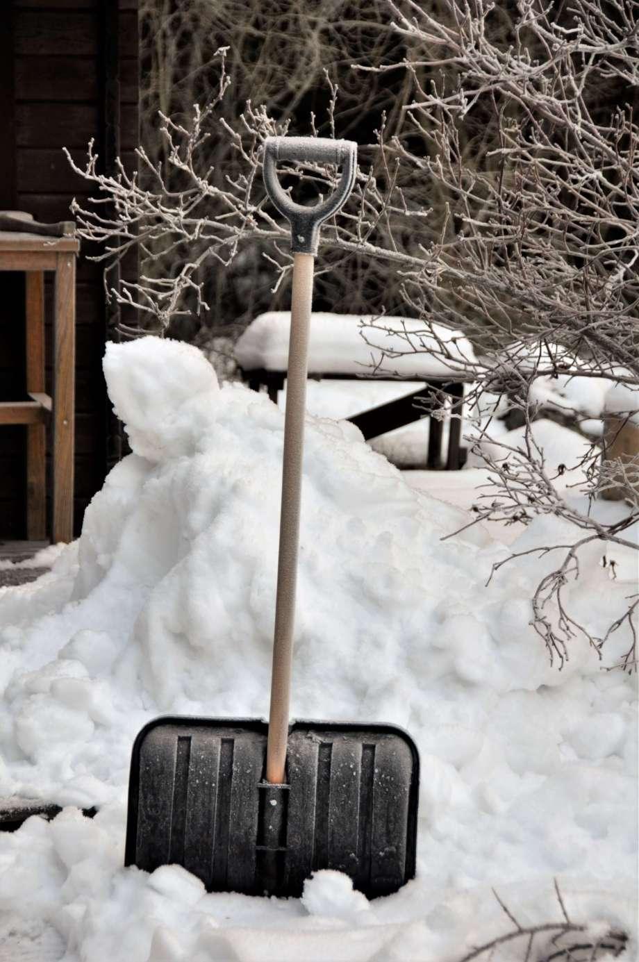 snöskyffel framför snöhög
