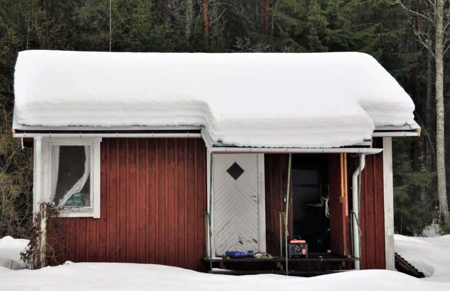 lillstugan med ett ordentligt snötäcke på taket