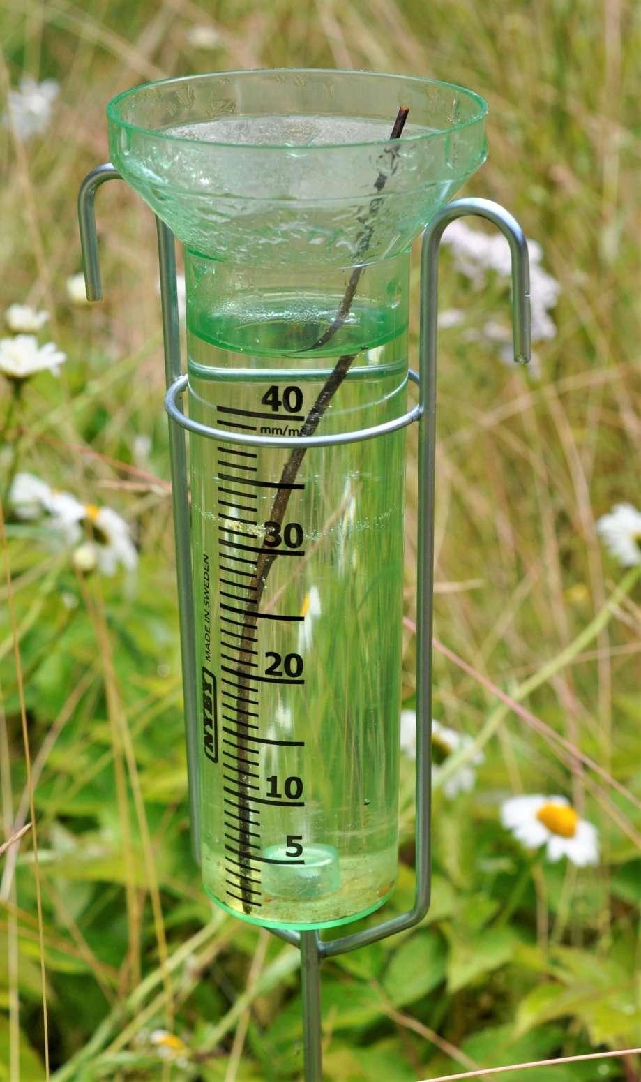 den genomskinliga regnmätaren innehåller ca 5 mm regn mer än vad graderingen räcker.