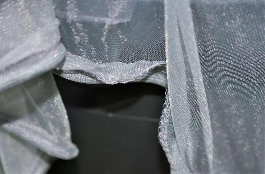 i kanten på det finmaskiga nätet är det insytt vikter som förhindrar att det blåser bort.