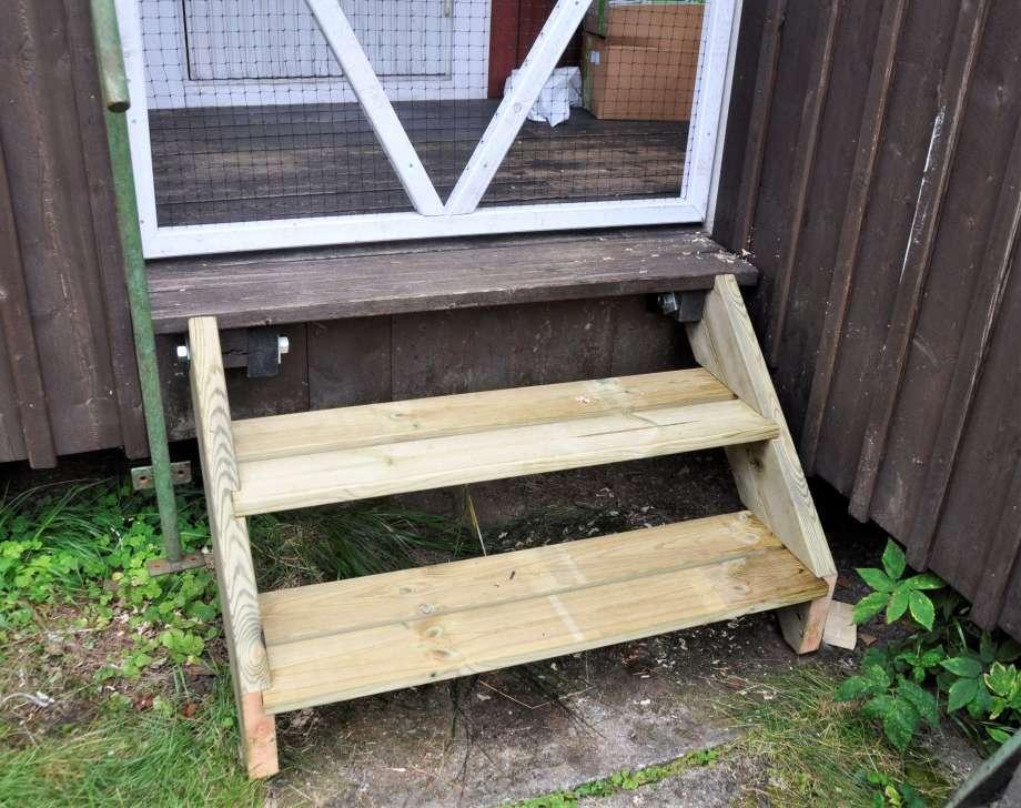 ny trappa till verandan snickrad av impregnerat virke