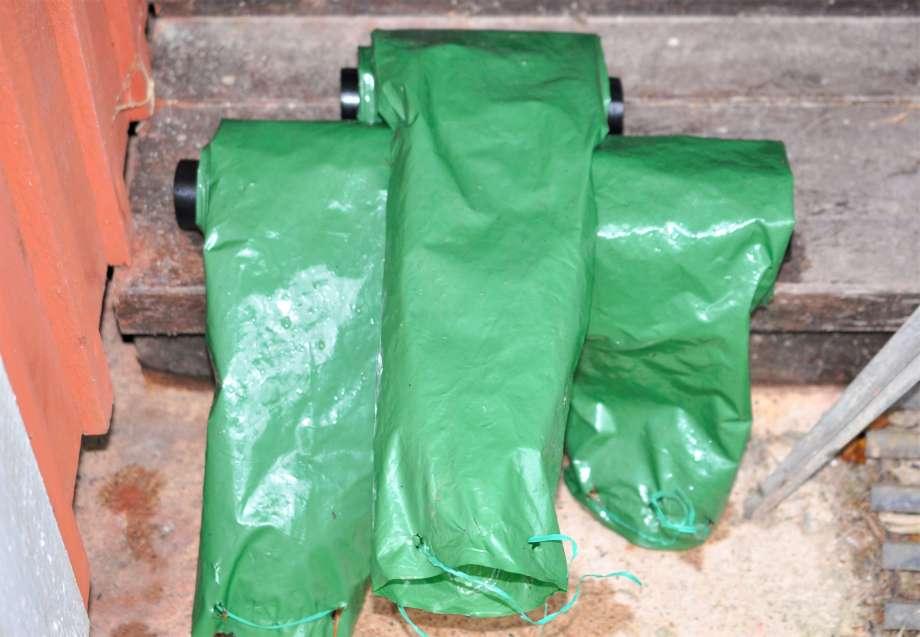 tre ihoprullade rain drains ligger på trappsteget