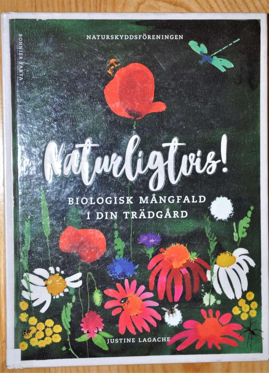 omslaget till boken Naturligtvis! Biologisk mångfald i din trädgård är svart med många färgglada blommor tecknade i naiv stil