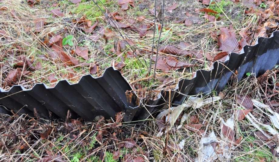 korrugerad plåt som använts till ett hörn på en rabatt har nu glidit isär.