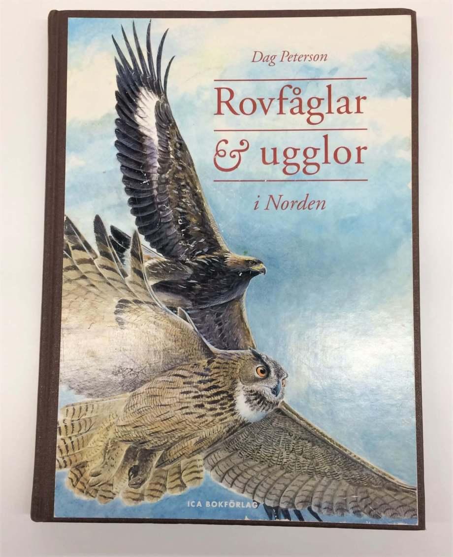 framsidan på boken Rovfåglar & ugglor i Norden visar en målning av en flygande berguv och örn
